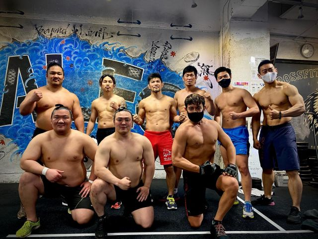FRIDAY WORKOUT COMPLETE - After all the lavish meals this week... it was time to work off the calories. Today we were joined by professional sumo wrestlers and it was special! Their presence gave our team Haleo the extra boost of energy to push ourselves to work out harder. Upon asking for a photo with the team... they all took their shirts off and so I found myself posing half naked. It was a great session. Thanks @teamhaleofficial #workoutmotivation @haleo_official @haleo_daikanyama @k.kawashima1210 @makihira1214 @michihiroomigawa @kazuto_ioka_official